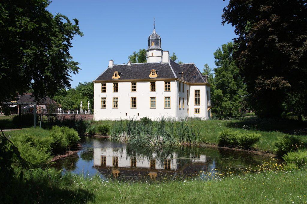achterzijde Fraeylemaborg met daarvoor een vijverpartij