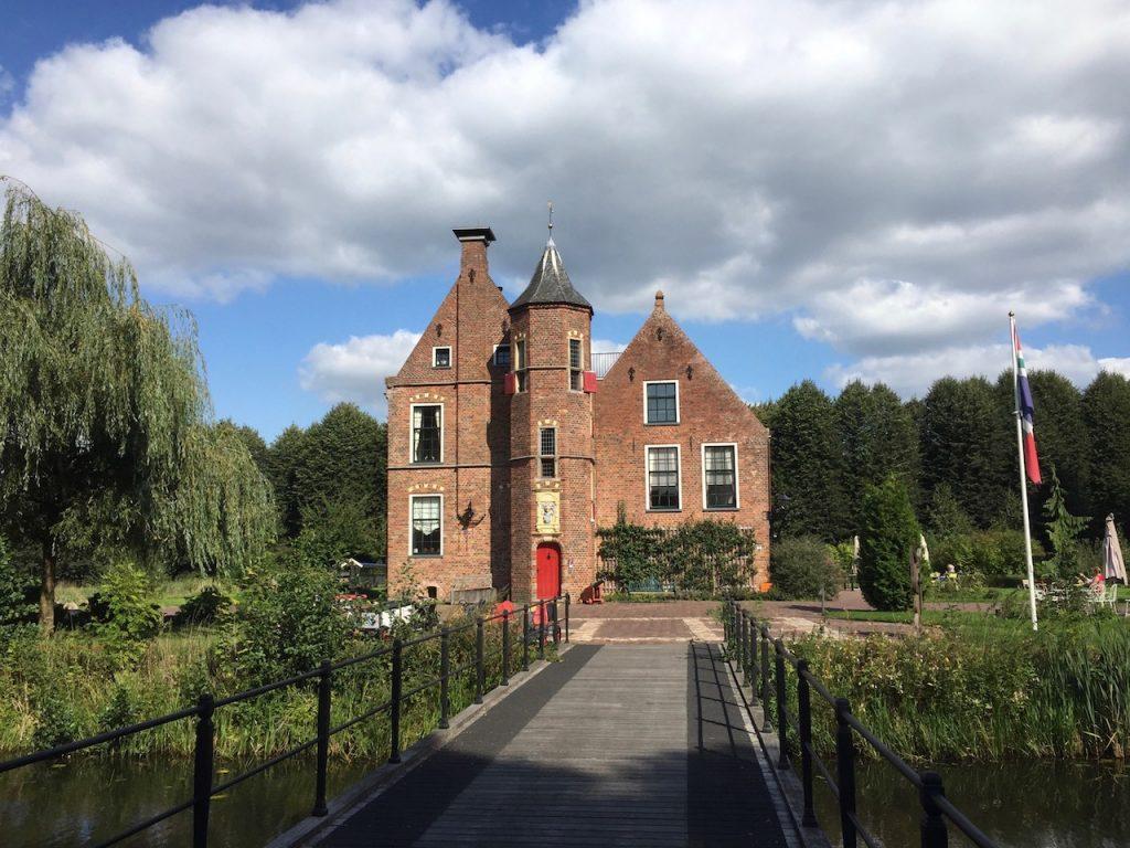 Vooraanzicht Wedderborg in Wedde Westerwolde met brug over gracht.