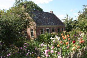 Huis met bloeiende tuin