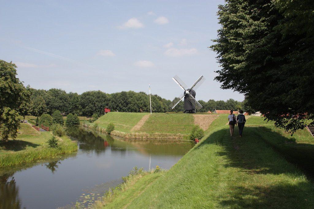 Vestingwal Bourtange in Westerwolde met gracht en molen op de achtergrond