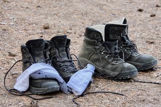 Twee paar wandelschoenen met sokken