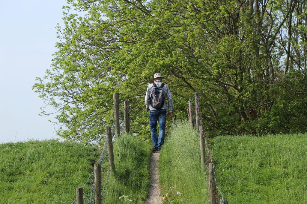wandelaar op dijk bij Reitdiep, Aduarderzijl